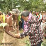 038. Sacrifice, Jacob Rumbiak with Shem Rarua (Maraki Vanuariki Council of Chiefs)