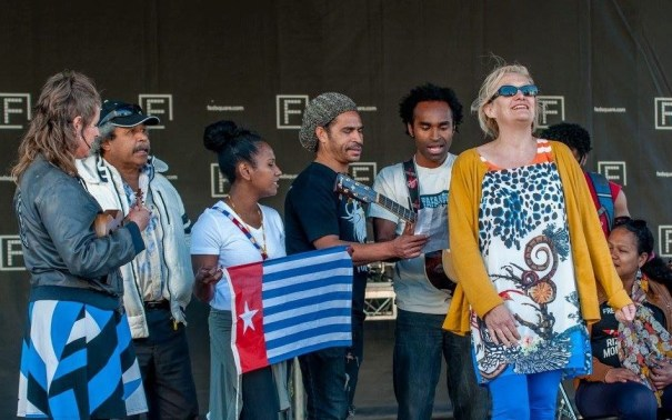 Barbara-Tipper-with-Black-Orchid-String-Band-and-Rose-Turtle-Federation-Square-20-Dec-2014