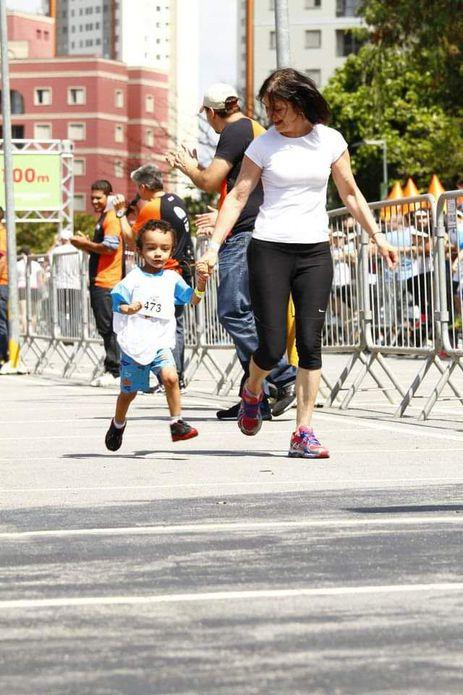 Anita com o neto Vitor em sua primeira corrida infantil
