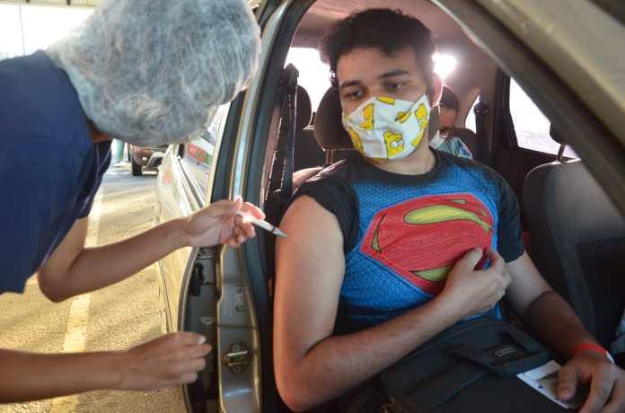 O estudante Daniel Monteiro tomou a primeira dose da vacina (Foto: Nael Reis)