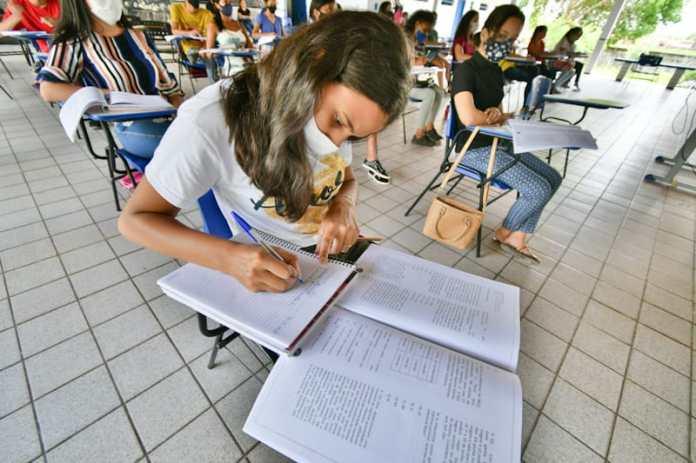 Estudante responde questão, durante Aulão do Enem 2021, em Vitória do Mearim. (Foto: Cinaldo Oliveira)