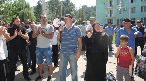 Local Orthodox rallying against minaret (Samkhretis Karibche)