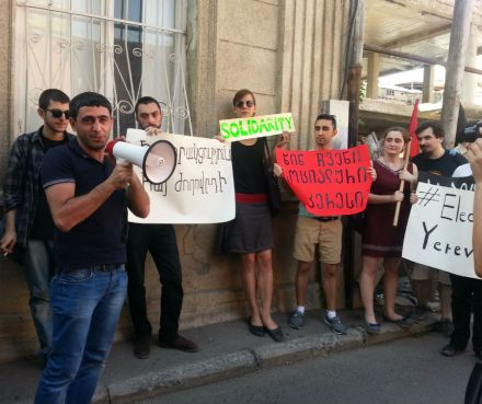 A rally of solidarity at Armenian Embassy in Tbilisi (DFWatch)