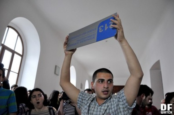 Student from Auditorium 115 holding a sign of students' union (DFWatch)