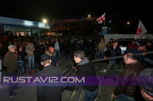 Rustavi_2_vigil_erecting_tents