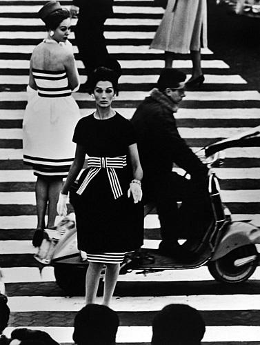 Piazza di Spagna, Simone + Nina, Rome (Vogue), April 1960 by William Klein