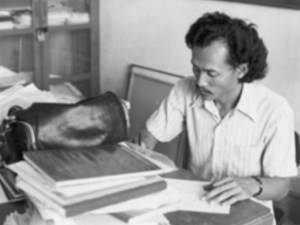 Drs. Subroto Sm. di meja kerja saat menjabat Ketua Jurusan Seni Lukis (1984) (dok: Subroto, Sm.)
