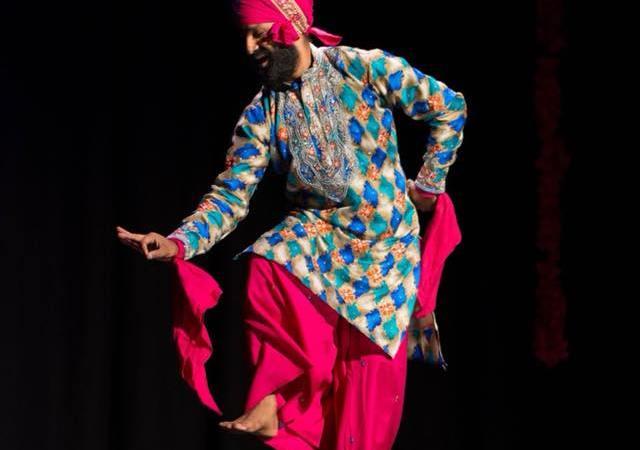 Jasvinder Singh bailando bhangra