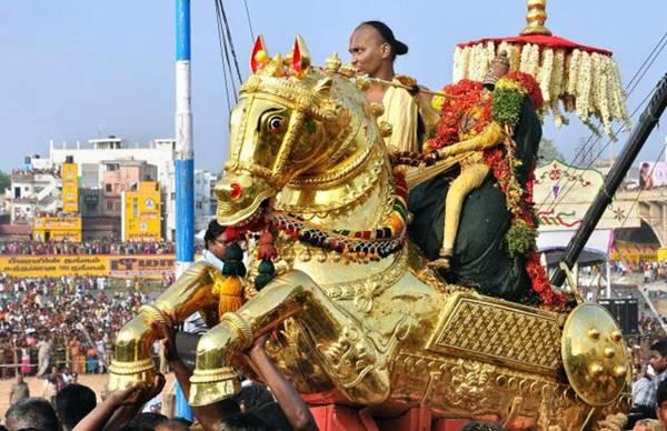 Azhagar Koil KallAzhagar Madurai12 கள்ளழகர் வைகை ஆற்றில் இறங்க எதிர்ப்பு தெரிவித்து வழக்கு போட்டவருக்கு ரூ. 25 ஆயிரம் அபராதம்!