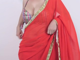 Desi girls Exposed Her Boobs Huge Balloons Cleavage In Saree