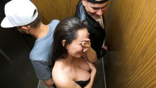 Pillada follando con un chico en el ascensor