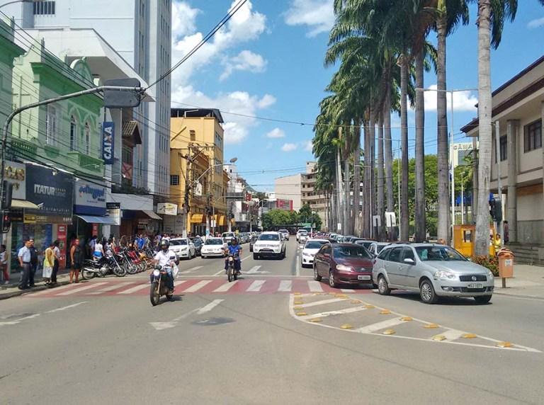 Emancipação de Cachoeiro: Trânsito em meia pista hoje na praça para desfile cívico