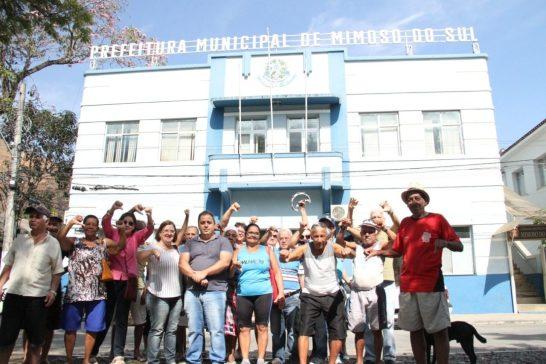 Pagamento a aposentados atrasa mais de 10 dias e grupo faz protesto em Mimoso do Sul