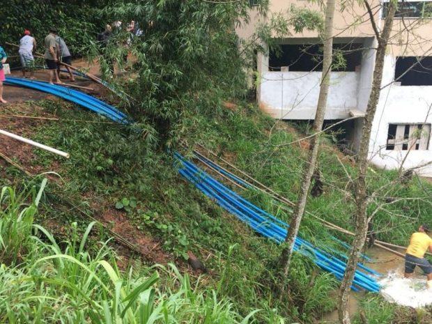 Moradores se unem para retirar água de barragem em Marechal Floriano