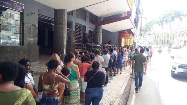 """Clientes fazem fila para comprar em mais uma """"black enchente"""" em Cachoeiro"""