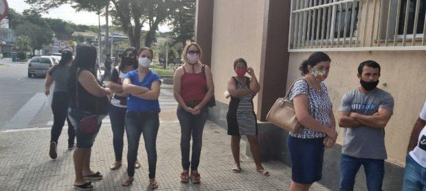 Pais de crianças e jovens autistas fazem protesto em Itapemirim