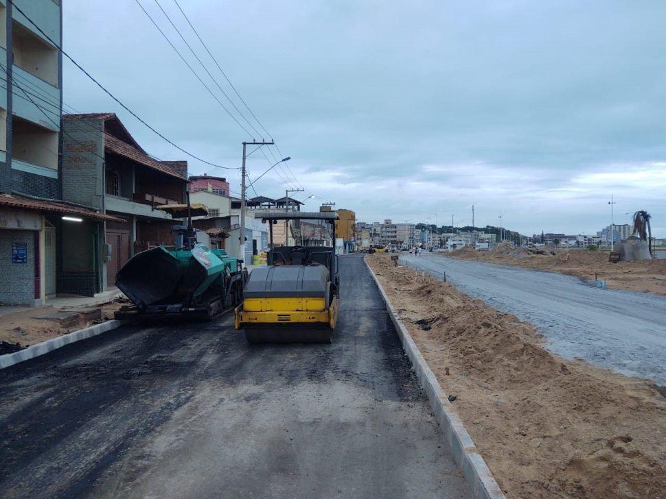 Máquinas trabalhando no asfaltamento da praia