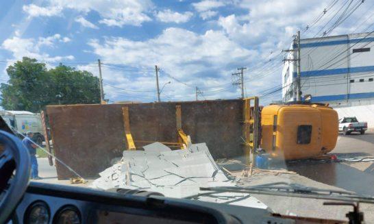 Caminhão com chapas de granito tomba na Rodovia ES 482 em Cachoeiro