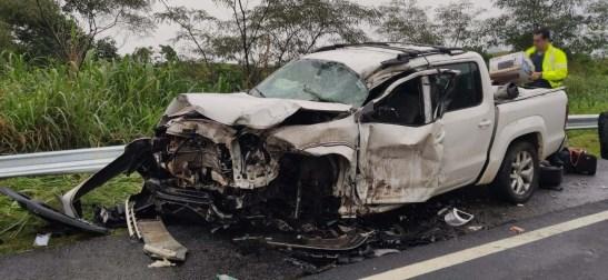 Três feridos em acidente entre carreta e caminhonete