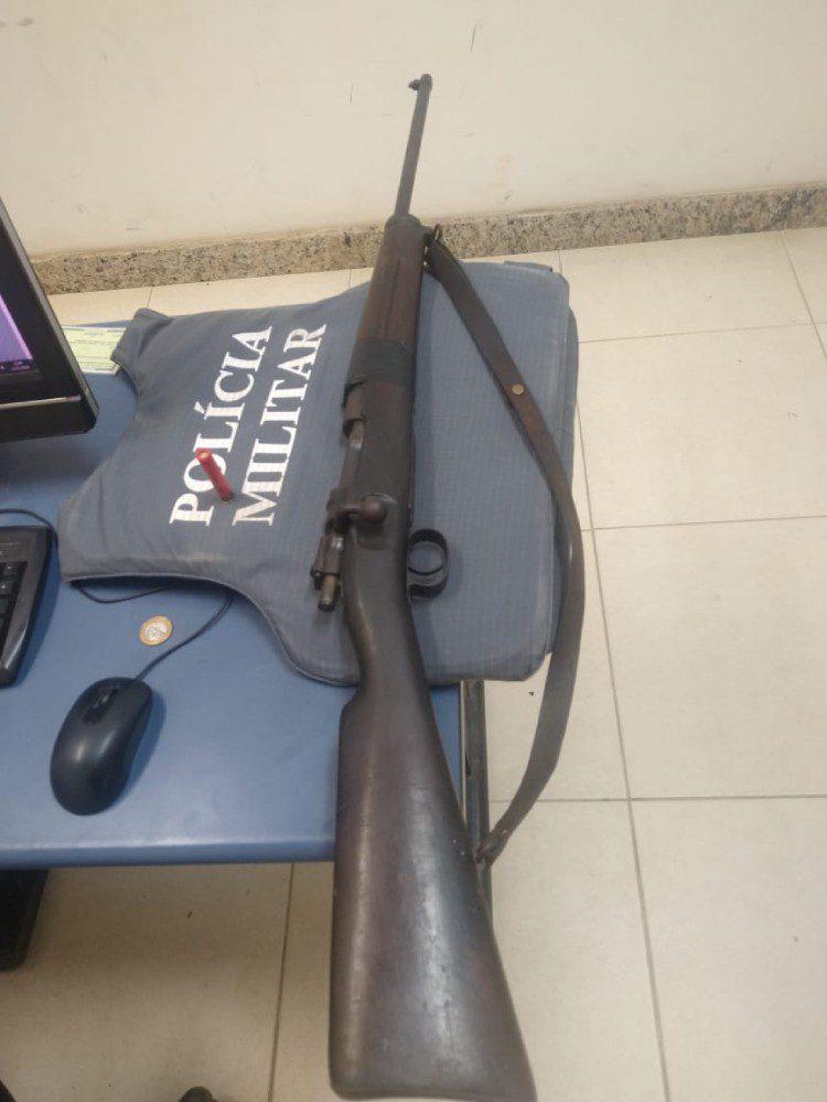 Polícia encontra rifle escondido no colchão em Dores do Rio Preto