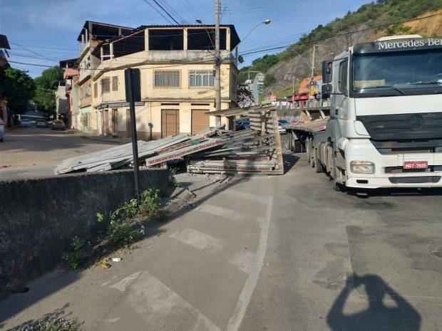 Carga de parede pré-moldada cai de carreta após acidente em Cachoeiro