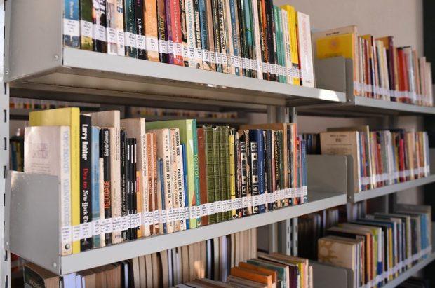 Cachoeirenses doam livros para recompor acervo da Biblioteca Municipal