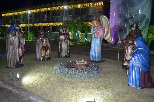 Decoração de Natal em Anchieta conta com luzes e presépio gigante