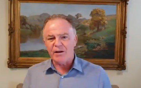 Governador Renato Casagrande esclarece vídeo em que aparece na praia