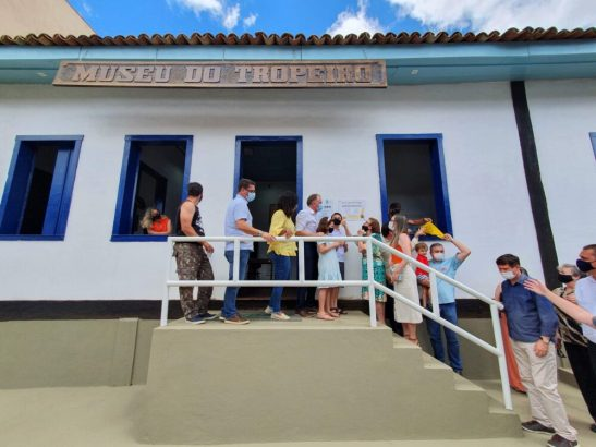 Casagrande entrega obras em Ibatiba e se emociona com homenagem ao pai