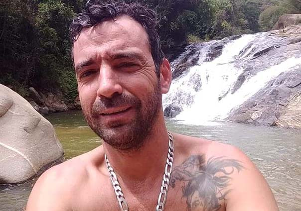 Alessandro em foto tirada em frente a uma cachoeira