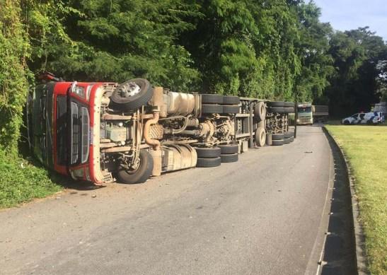 Carreta tomba e destrói ponto de ônibus na rodovia ES-164