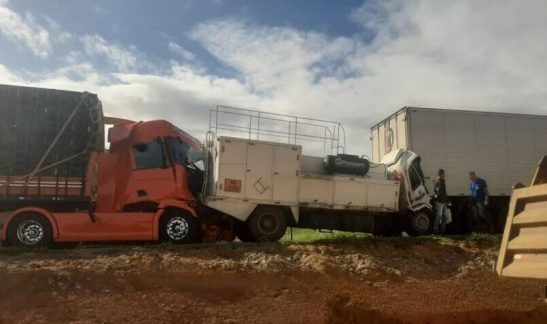 Engavetamento de caminhões mata motorista na BR 101-Sul