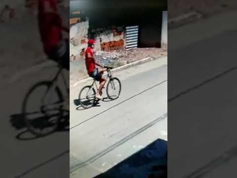 Câmera flagra ciclista matando rapaz no meio da rua em Marataízes