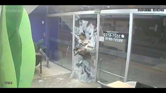 Furto relâmpago. Ladrão quebra vidraça e foge com 2 notebooks em segundos