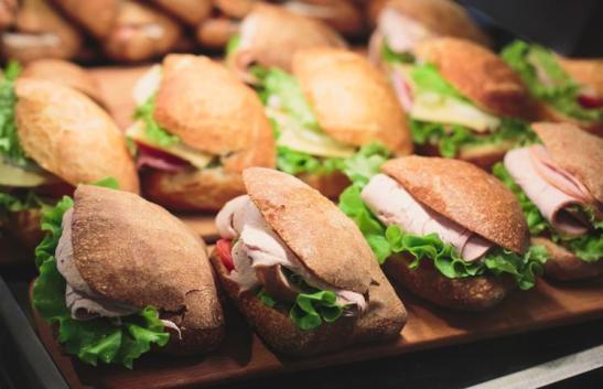 Cursos gratuitos de produção de sanduíches e recepção em Anchieta