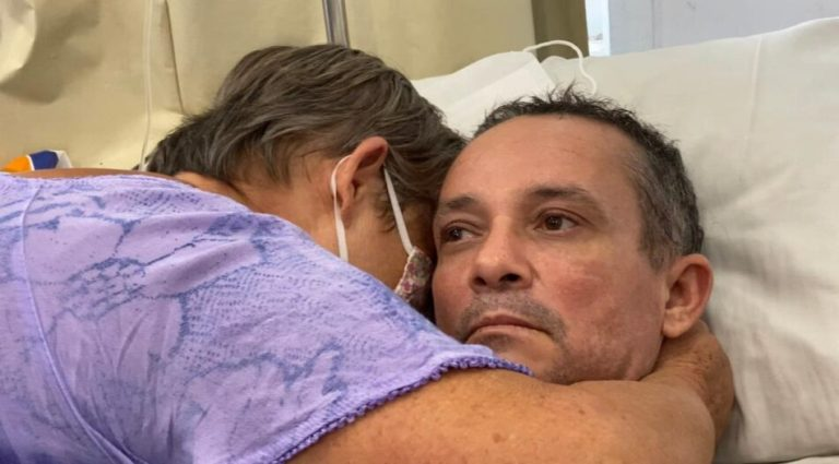 Emoção no reencontro de mãe e filho depois de 10 anos separados