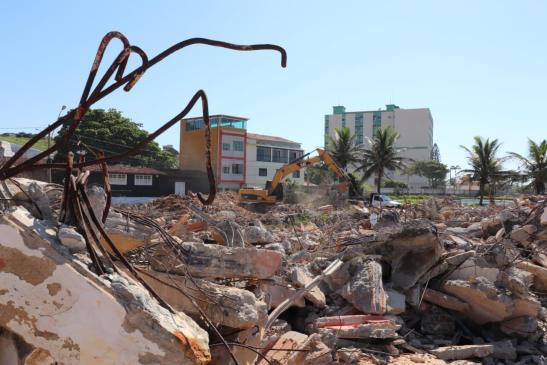 Prefeitura retoma demolição do Iate Clube de Marataízes