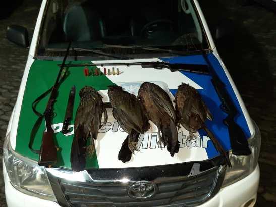 Caçadores presos com armas e aves abatidas no Caparaó