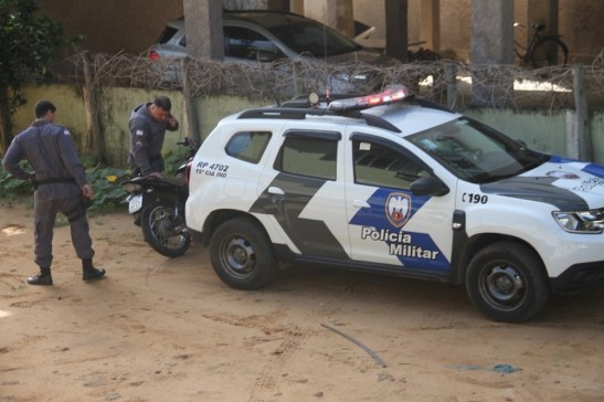 Motoqueiro preso com droga após jogar moto em policiais