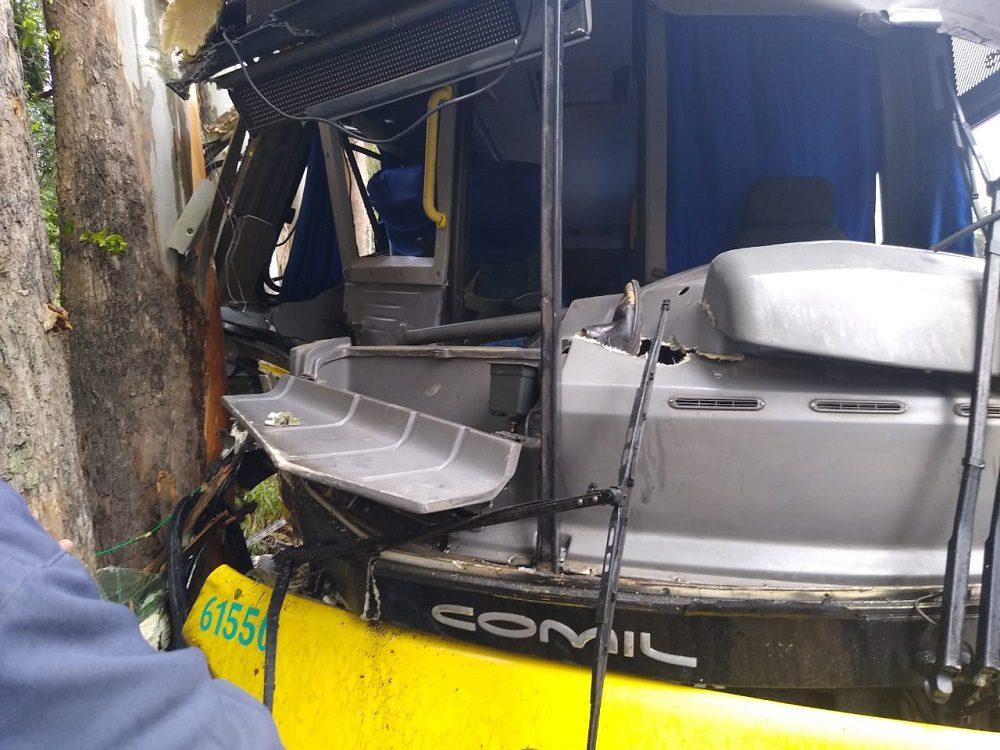 Ônibus bate e sete pessoas ficam feridas