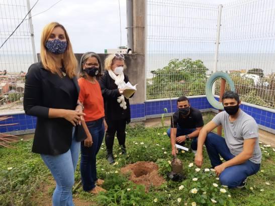 Árvores nativas são plantadas em escola de Marataízes