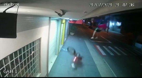Motoboy fica ferido ao ser arremessado da moto em Cachoeiro. Veja o vídeo