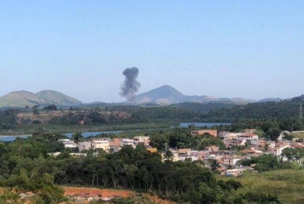 Bimotor cai em Guarapari, pega fogo e dois homens são resgatados