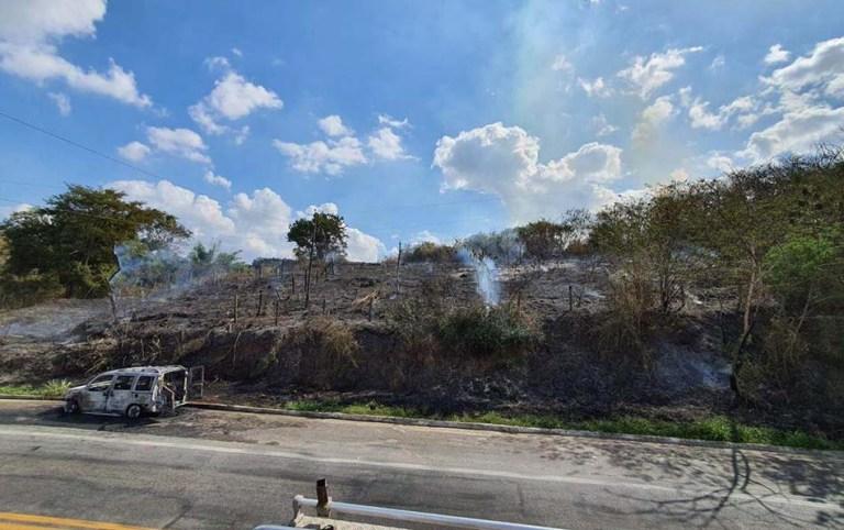 Carro de som pega fogo e chamas atingem vegetação em Cachoeiro