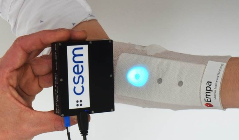 The bandage reveals its measurings under UV light. © Empa / CSEM