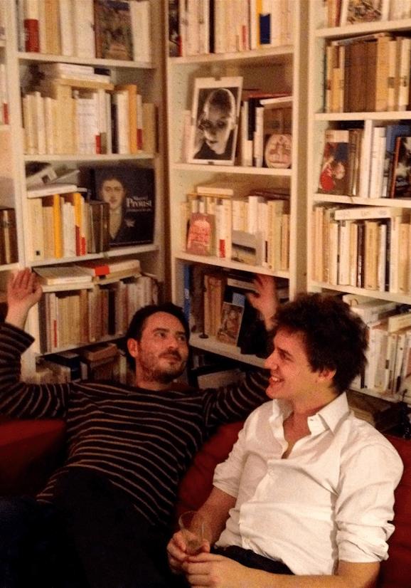 Clément Bénech (chemise blanche) et Olivier Steiner, dans le salon de Camille Laurens un soir de 31 décembre, quelque part avant minuit.