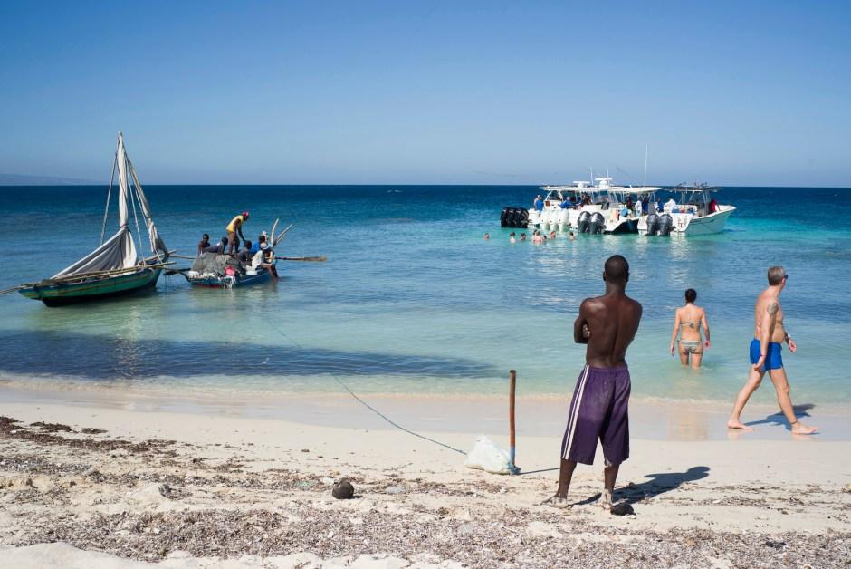 © Corentin Fohlen/Divergence. Montrouis, Haiti. 7 decembre 2015. Inauguration du nouveau Royal Decameron Indigo beach resort sur la Cote des Arcadins, au nord de la capitale. Arrivee des premiers touristes francais dans un sejour all incusive opere par Look voyage. Un groupe de 29 touristes francais sont arrives ce jour la, ainsi qu' une centaine d'agents de voyage, invites par Look voyage l'inauguration. # Excursion sur les iles des Arcadin avec le groupe des agents de voyage invites par Look voyage.