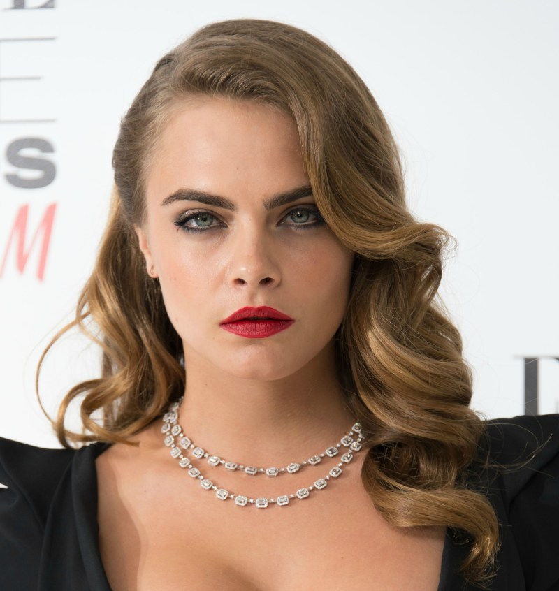 Cara Delevingne Showed Up With Classic And Very Old Hollywood Makeup Hair Red Lipstick Well Defined Eyes Glam Waves Parted On The Side