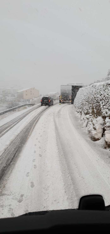 Camió atrapat a la neu al Coll d'Ares