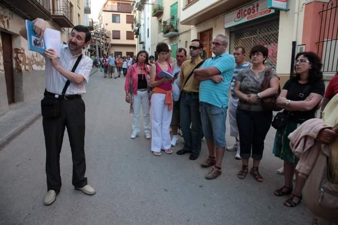 Pere Enric Barreda durant una visita guiada a Benassal